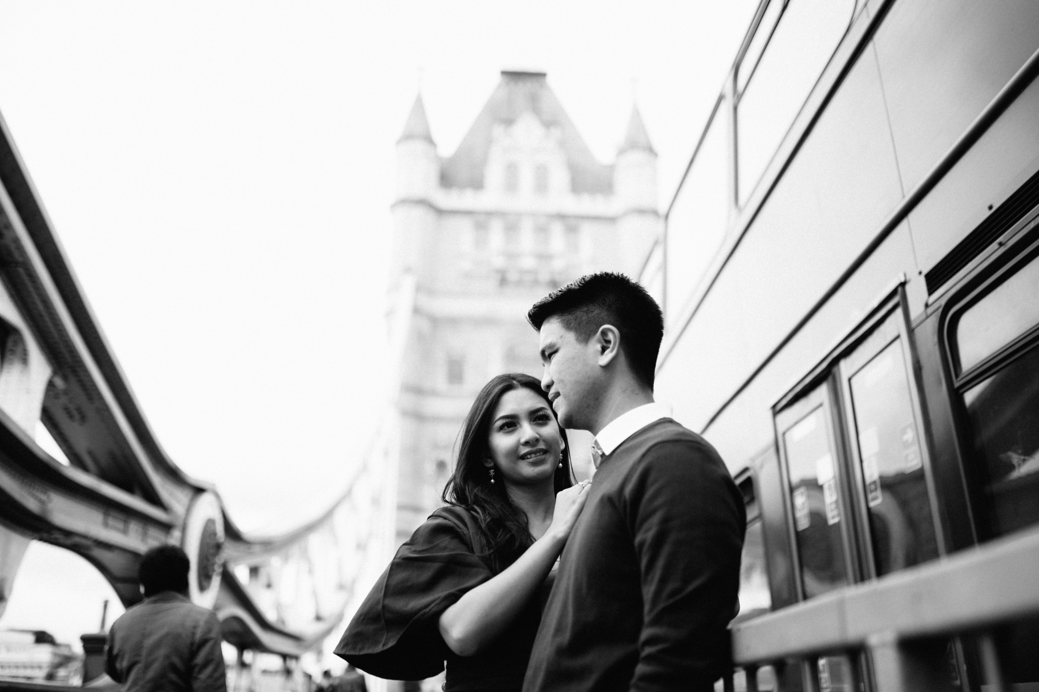 engagement couples shoot at tower bridge asian couple