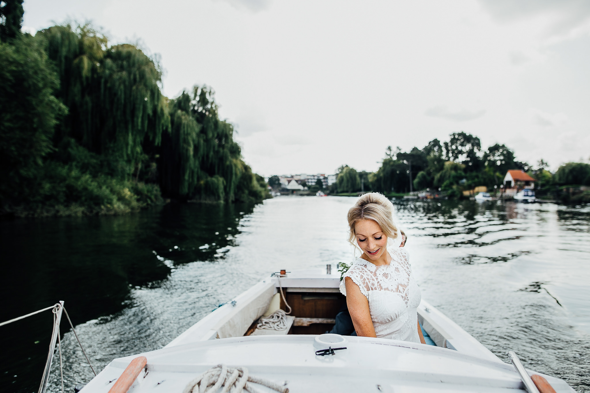 bride sails to her wedding thames river
